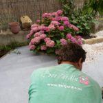 Jardinero colocando bordillo de granito